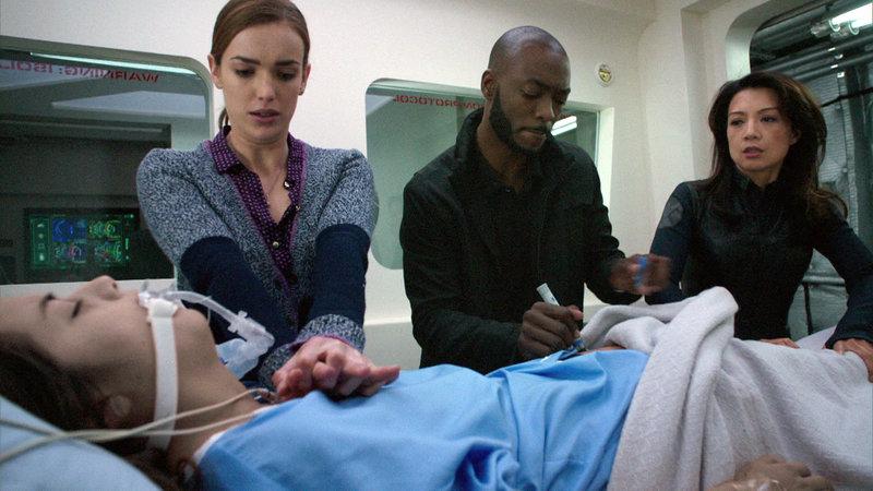 Simmons (Elizabeth Henstridge), Agent Triplett (B.J. Britt, Mitte) und May (Ming-Na Wen, re.) kämpfen um das Leben der schwer verletzten Skye (Chloe Bennet) – Bild: RTL II
