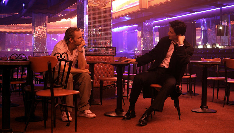 Director FRANCIS LAWRENCE and KEANU REEVES on the set of Warner Bros. Pictures' fantasy suspense drama Constantine. PHOTOGRAPHS TO BE USED SOLELY FOR ADVERTISING, PROMOTION, PUBLICITY OR REVIEWS OF THIS SPECIFIC MOTION PICTURE AND TO REMAIN THE PROPERTY OF THE STUDIO. NOT FOR SALE OR REDISTRIBUTION. – Bild: Archiwum/Warner Bros / c2004 Warner Bros. Ent.-All Rights Reserved