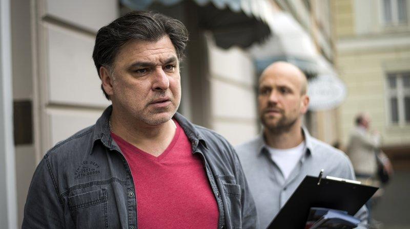 Murat (Erkan Gündüz, l.) ist entsetzt: Von Klaus (Moritz A. Sachs) hat er soeben erfahren, dass ihn Pauls Humpeln an den Täter des Anschlags auf den Hotel-Showroom erinnert. – Bild: WDR/Steven Mahner