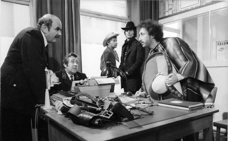 Der Revierbeamte (Walter Sedlmayr, links) versucht verzweifelt die richtigen Namen von Zorro (Günther Maria Halmer, 2. von links), Zappata (Towje W. Kleiner, rechts) und Gringo (Frithjof Vierock) zu ermitteln. – Bild: BR/Intertel Television GmbH
