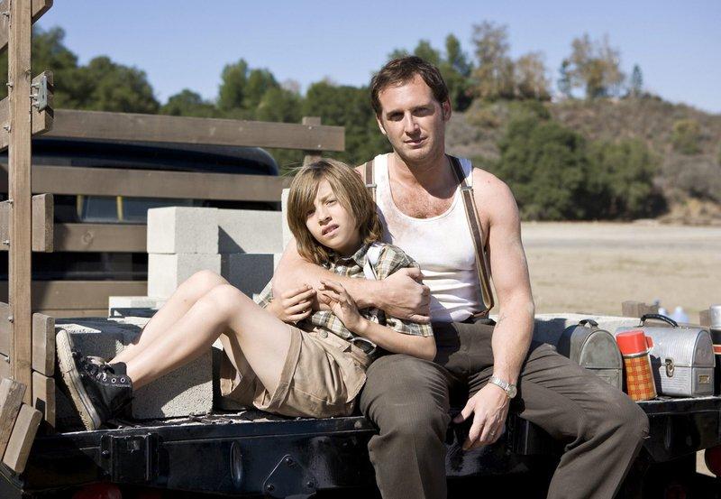 Der Gelegenheitsarbeiter Matthew (Josh Lucas) liebt seinen geistig leicht zurückgebliebenen Sohn John (Jimmy Bennett) über alles. – Bild: ZDF und ARD Degeto