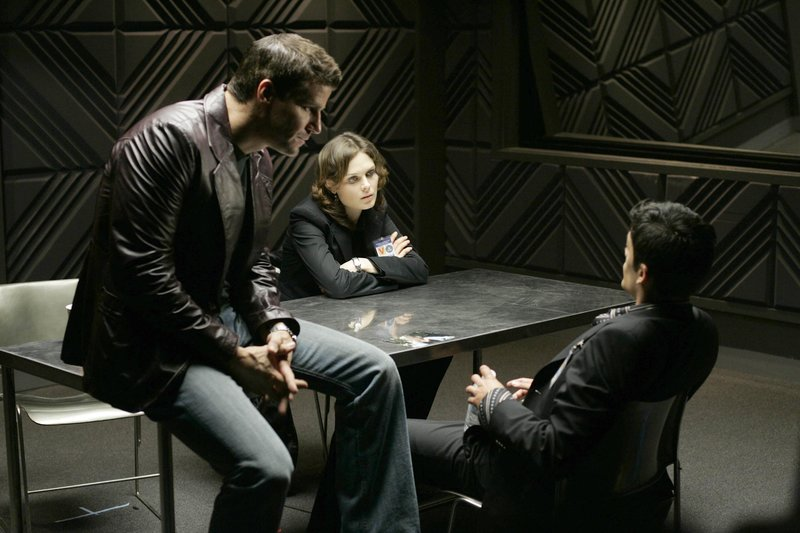 "Booth (David Boreanaz, L) and Brennan (Emily Deschanel, C) question a suspect (Andres Londono, R) when a young woman is found burned to death in a hotel fire in the BONES episode ""The Girl in Suite 2103"". – Bild: 4+"