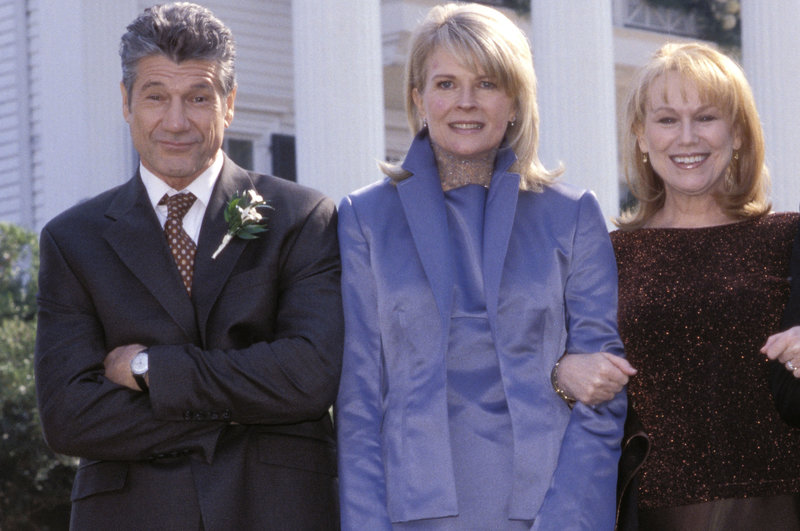 Fast-Schwiegereltern unter sich: Earl (Fred Ward, l.), Kate (Candice Bergen, M.) und Pearl (Mary Kay Place, r.). – Bild: ZDF und Peter Lovino