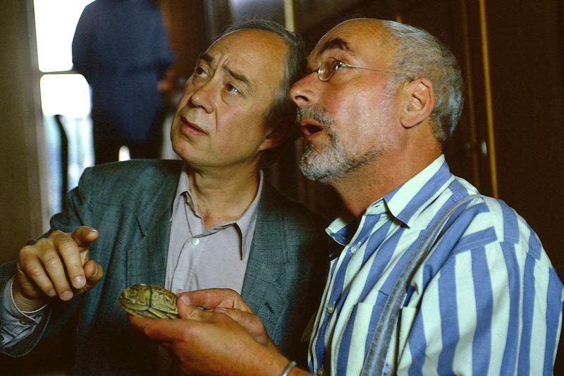 Peter (Peter Lustig, rechts) fragt einen Käferforscher (Klaus Mikoleit, links), was für eine Käferart sich hinter dem geheimnisvollen Stein verbirgt. – Bild: ZDF