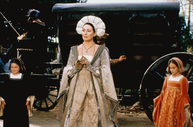 Nach der Hochzeit verwandelt sich Rodmilla (Anjelica Huston) in eine rücksichts- und gnadenlose Frau... – Bild: SUPER RTL / Twentieth Cent