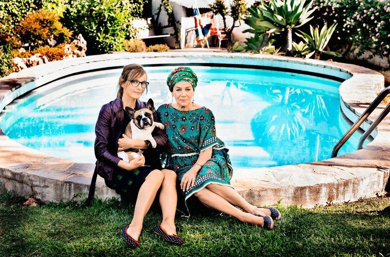 "Apple (Nadja Uhl) mit ihrem Hund ""Dr. Freud"" und ihrer Mutter Ingrid (Hannelore Elsner). – Bild: NDR/rbb/BR/Olga Film GmbH/Mathias Bothor"