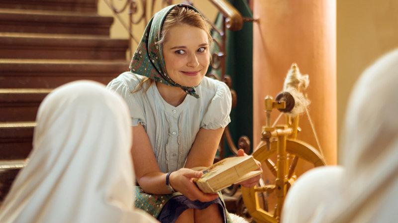 Jördis (Nadja Bobyleva) liest Kindern der Deutschen Schule in Kallalabad ein Märchen vor. – Bild: NDR/BR/Daniela Incoronato