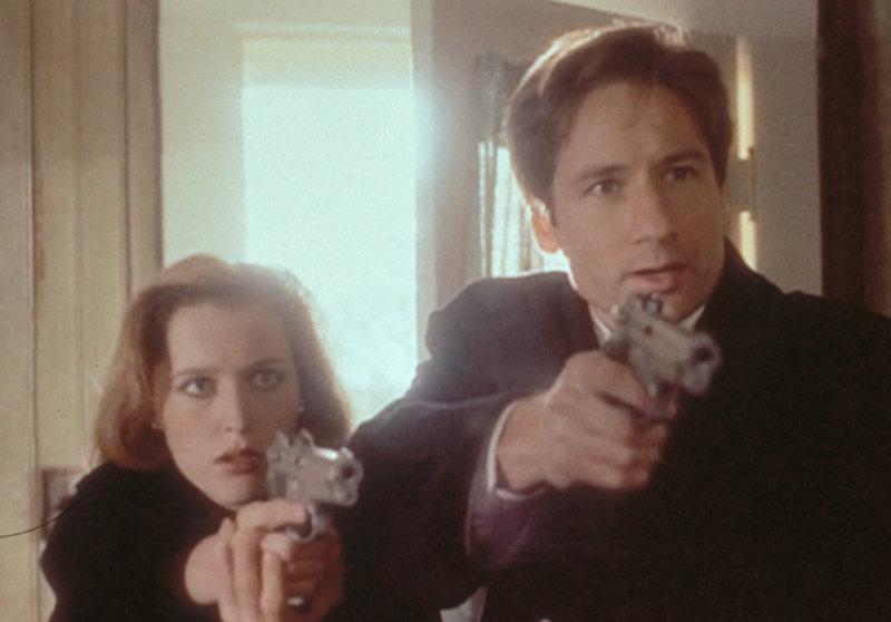 Scully (Gillian Anderson, l.) und Mulder (David Duchovny, r.) verhaften den Entführer eines 10-jährigen Jungen, der aufgrund seiner Kreuzigungsmerkmale an den Händen angeblich von den Mächten der Finsternis verfolgt wird. – Bild: ProSieben MAXX