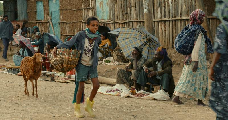 Ephraim (Rediat Amare) hofft, dass er auf dem Markt etwas verdienen kann. – Bild: ZDF und Josée Deshaies