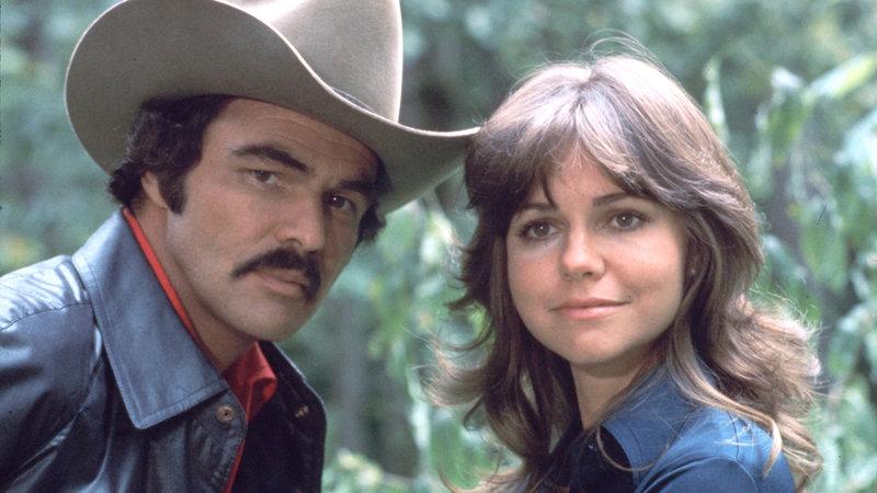 Der Bandit (Burt Reynolds) mit Carrie (Sally Field) – Bild: RTL Zwei