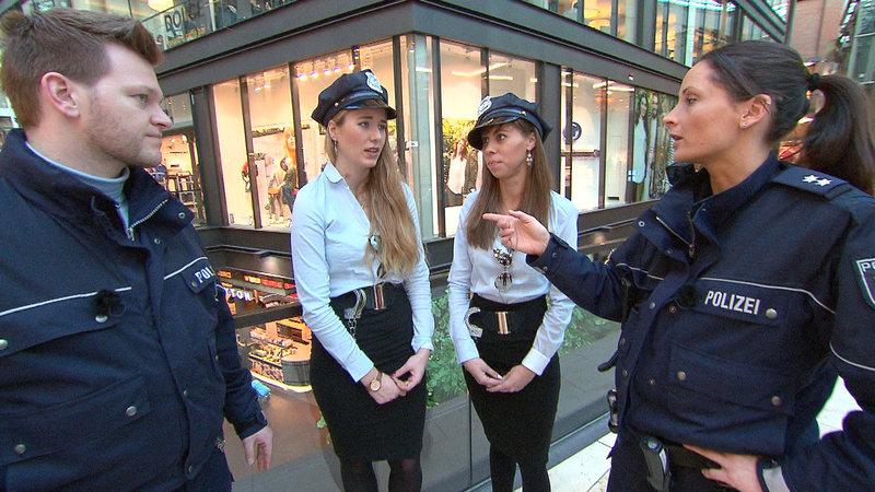 Aufruhr im Einkaufszentrum: Zwei angebliche Polizistinnen haben Nina (10) um ihre handgearbeitete Jacke erleichtert, wie Mutter Anja empört berichtet. Die Cops erwischen Judith und Nadine tatsächlich in flagranti, doch nach deren Aussage scheint alles in ganz neuem Licht... – Bild: RTL II