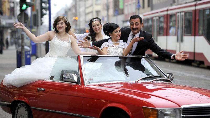 Protagonist und Hochzeitsplaner Ferhat Aldur auf der Promotion-Tour durch Duisburg-Marxloh. – Bild: WDR/ifage Filmproduktion/Bernd Spauke