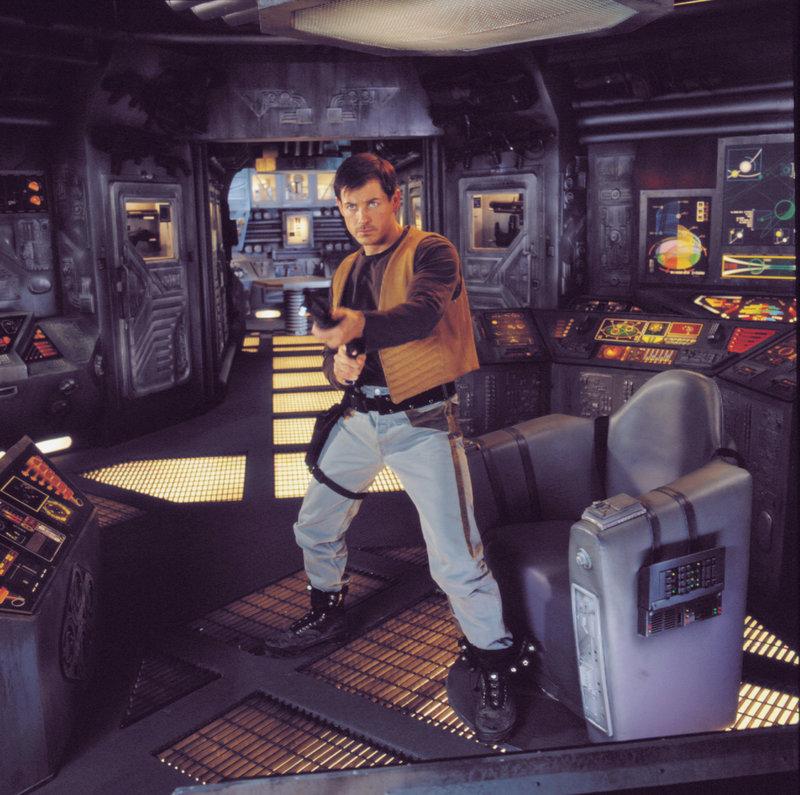 Im Jahr 2275 hat die Menschheit das gesamte Sonnensystem kolonisiert. Die Kopfgeldjäger Dante Montana (Michael Paré) und seine Crew sind in den weiten des Weltraums unterwegs um interplanetare Kriminelle aufzuspüren und zu verhaften. . Starhunter – Bild: Tele 5
