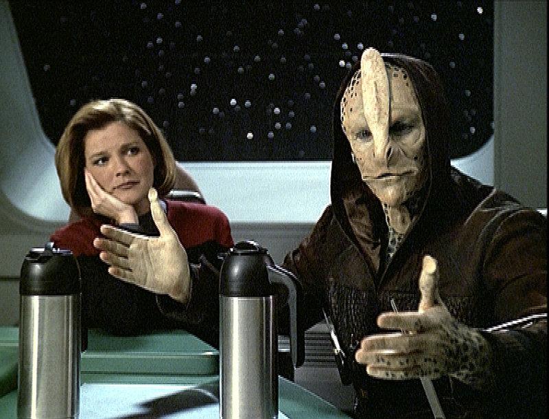 Captain Kathryn Janeway (Kate Mulgrew,l.) und Tash (Albie Selznick). – Bild: Tele 5