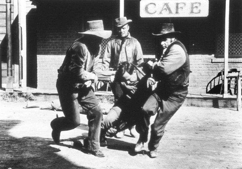 Broke Kleinzeit-Rancher Dan Evans wird von der Postkutschenlinie angeheuert, um den großen gefangenen Outlaw-Anführer Ben Wade in den Zug von 3:10 nach Yuma zu bringen, aber Wades Bande versucht ihn zu befreien. – Bild: Archiwum