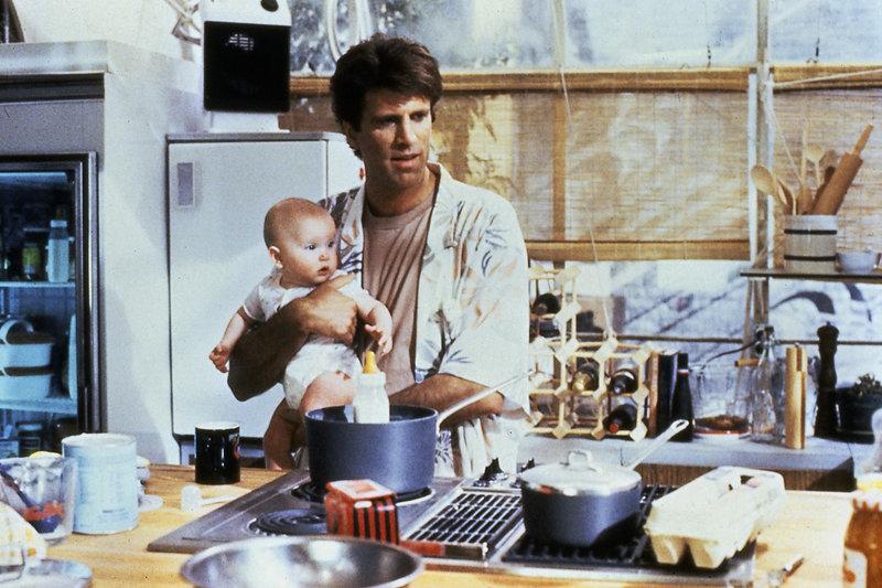 Mary (Lisa und Michelle Blair) mit ihrem echten Papa, Jack (Ted Danson). – Bild: ZDF und Kirch Media