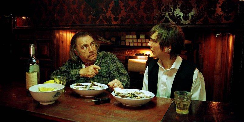 Jacques (Brian Cox) erkennt in Lucas (Paul Dano) einen würdigen Nachfolger und nimmt ihn bei sich auf. – Bild: Servus TV