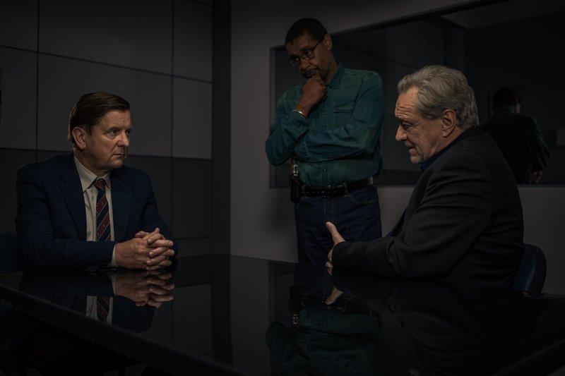 Arthur Bauer (Gerd Silberbauer, r.) und Franz Ainfachnur (Christofer v. Beau, M.) verhören Markus Roth (Thomas Rudnick, l.). – Bild: ZDF