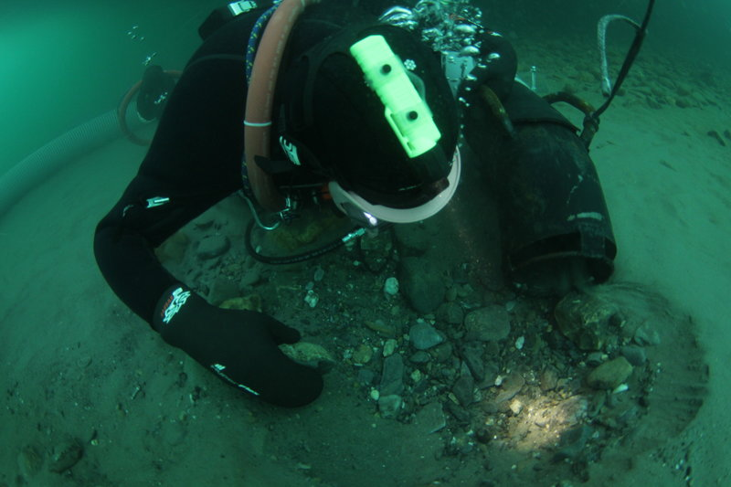 Underwater dredger digging through cobble. – Bild: Discovery Networks