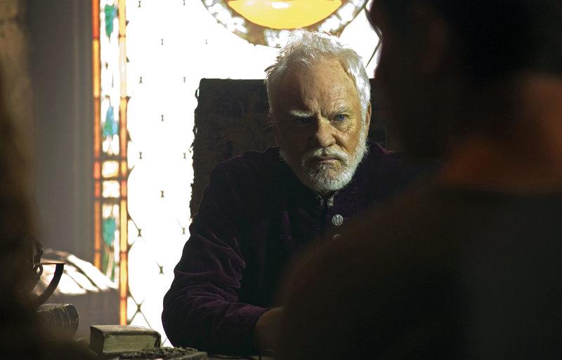 Sollte der Wissenschaftler Dr. Kane (Malcolm McDowell) tatsächlich ein Heilmittel gegen den Reaper-Virus haben..? – Bild: RTL II