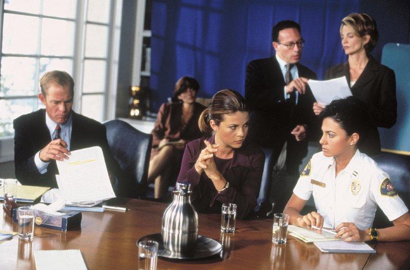 Steve Cause (Steven Ford, l.), Samantha Thomas (Nancy Valen, r. vorne), Caroline Holden (Yasmine Bleeth, 2.v.r.), Ellen Douglas (Sylvia Brooks, r. hinten) – Bild: Nitro.
