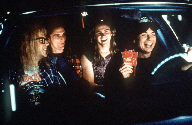 Wayne (Mike Myers, re) und Garth (Dana Carvey, li.) freuen sich auf das bevorstehende Aerosmith-Konzert. – Bild: Kabel Eins Classics