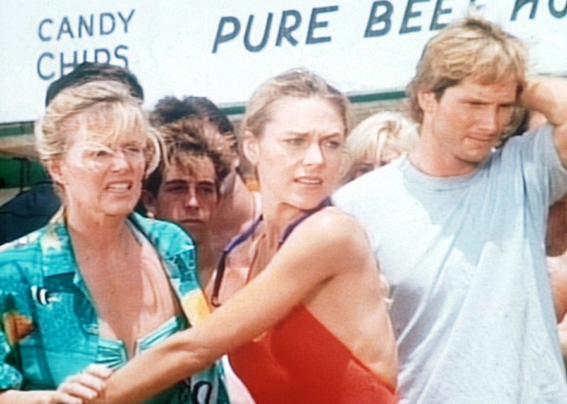 Jill (Shawn Weatherly, M.) versucht, die aufgebrachte Mutter des im Bunker eingeschlossenen Ricky zurückzuhalten. – Bild: Nitro.