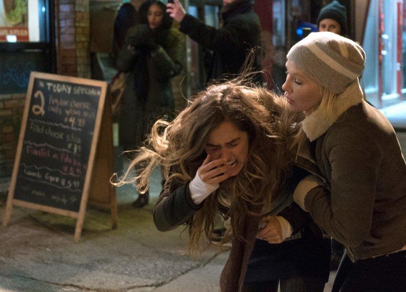 Die 16-jährige Jenna (Haley Lu Richardson, l.) ist Opfer einer Vergewaltigung geworden. Für Amanda Rollins (Kelli Giddish) ist es kompliziert, die Ermittlungen voranzubringen, da sich das Opfer an die Tat nicht mehr erinnnern kann. – Bild: 2015 NBCUniversal Media, LLC Foto: MG RTL D / Universal