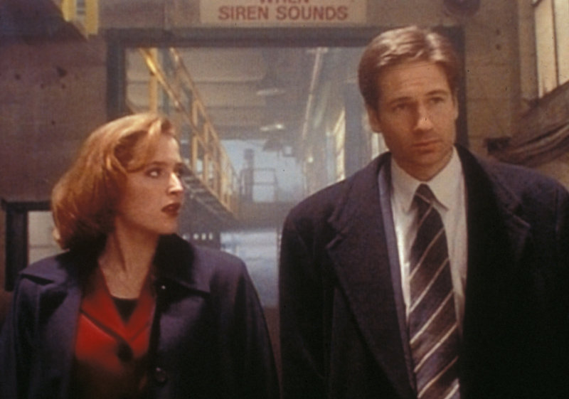 Scully (Gillian Anderson, l.) und Mulder (David Duchovny, r.) haben einen Serienmörder im Gefängnis verhört, der behauptet, von einem bösen Geist besessen zu sein. – Bild: TM + © 2000 Twentieth Century Fox Film Corporation. All Rights Reserved. Lizenzbild frei