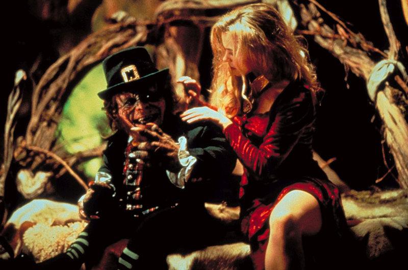 In der gruseligen Höhle hat Leprechaun (Warwick Davis, l.) bereits alles für die Hochzeitsnacht mit Bridget (Shevonne Durkin, r.) vorbereitet, auf die er so lange gewartet hat. Doch da merkt er plötzlich, dass eine seiner heiß geliebten Goldmünzen fehlt ... – Bild: Trimark Pictures Lizenzbild frei