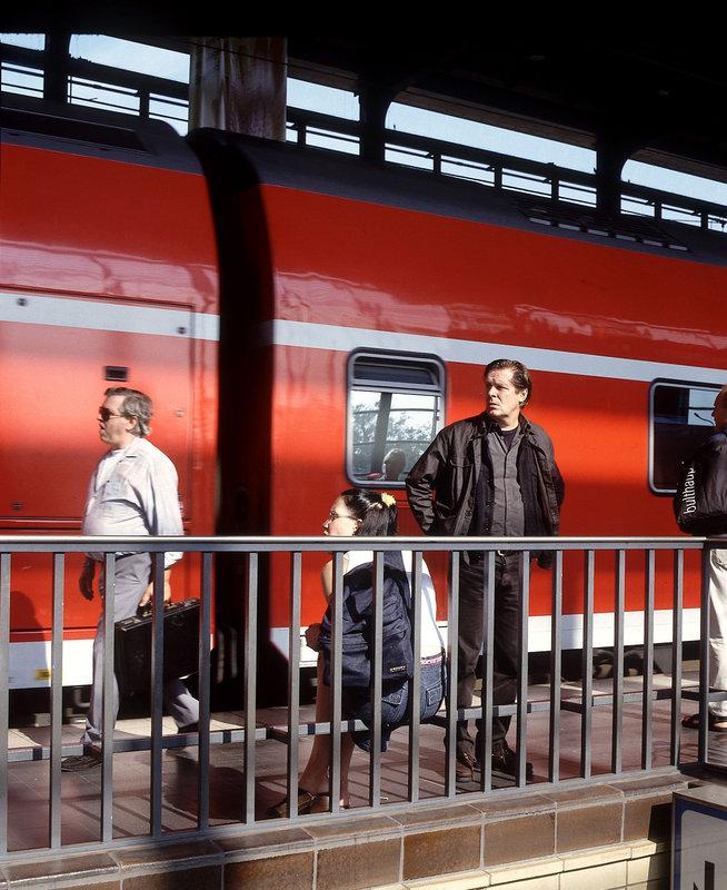 Armin Streiwen (Sigmar Solbach) sucht Valerie Weber (Natalie Spinell) auf dem Bahnhof. – Bild: ORF