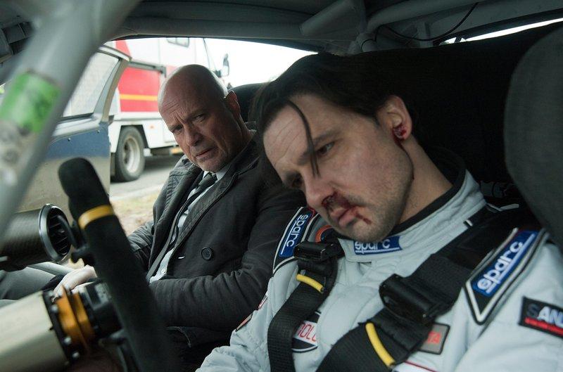 Robert Kampmann (Sascha Göpel, r.) wird nach einem schweren Unfall auf seiner eigenen Rennstrecke tot geborgen. Sein Auto wurde professionell sabotiert. Schumann (Christian Berkel, l.) ermittelt. – Bild: ZDF und Oliver Feist.