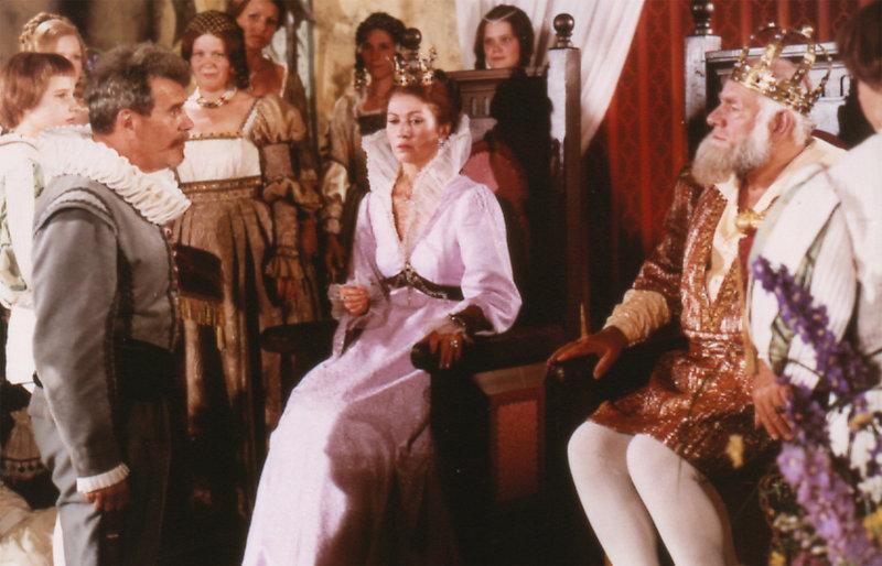Der hartherzige König (Günter Grabbert) befiehlt in Gegenwart der Königin (Renate Blume-Reed), den jungen Prinzen hereinzuführen. – Bild: RBB/DRA