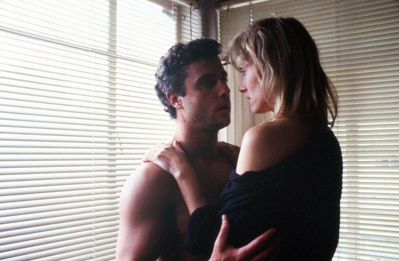 Richard Chance (William L. Petersen) hat ein Verhältnis mit seiner Informantin Ruth Lanier (Darlanne Fluegel). – Bild: MGM