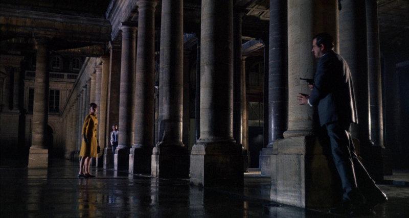 Reggie Lampert (Audrey Hepburn, l.) gerät zwischen die Fronten von Peter Joshua (Cary Grant, M.) und Hamilton Bartholomew (Walter Matthau, r.). – Bild: ZDF und © 1963 Universal Pictures