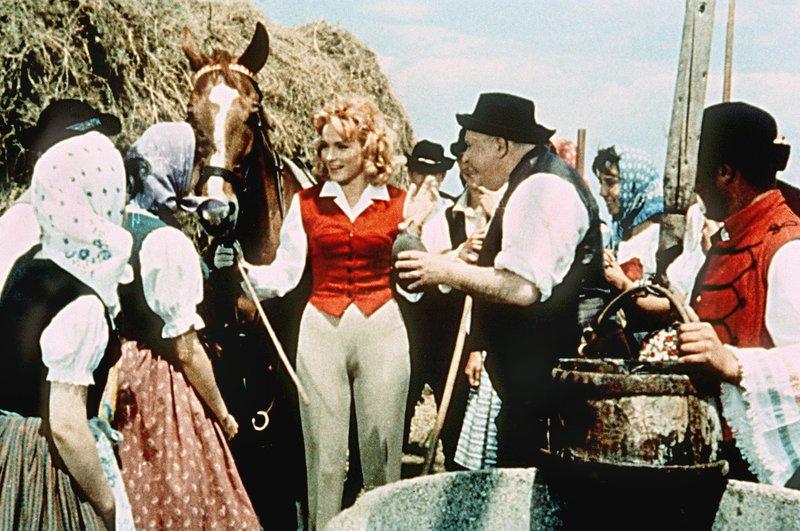 Die hübsche Andrea von Bruggern (Ann Smyrner, Mitte) soll neue Herrin auf einem Gut im österreichischen Burgenland werden. Die Gutsleute beglückwünschen sie dazu. – Bild: MDR/Degeto