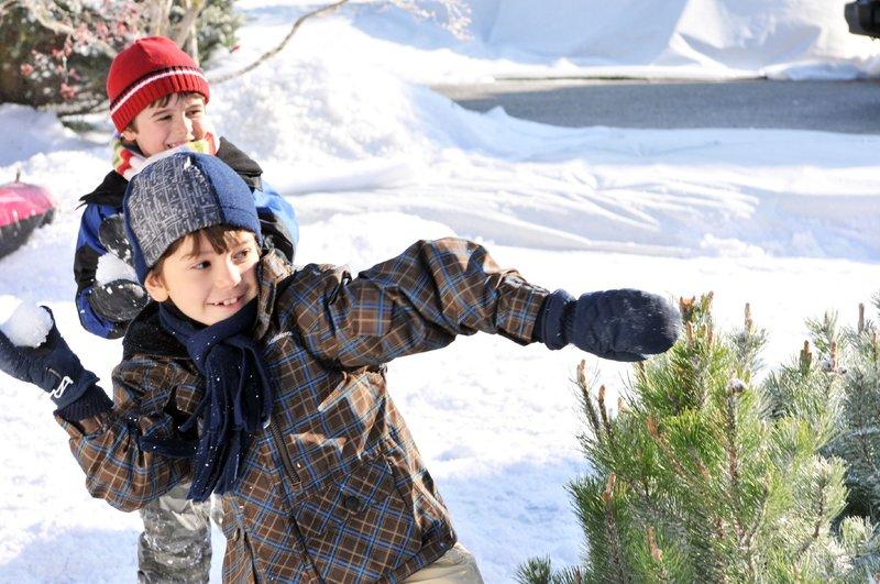 Die Zwillinge Judd (Michael Strusievici, vorn) und Jason (Valin Shinyei) sind geübt darin, Kindermädchen zu verjagen. – Bild: VOX / Beta Film GmbH