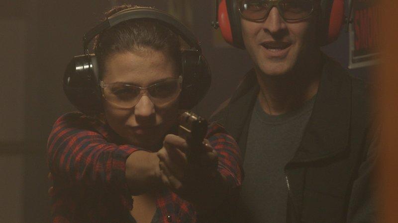 Russ and Veronica practice shooting targets. – Bild: TLC