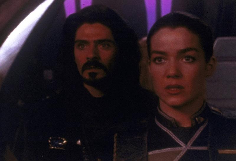 Commander Ivanova (Claudia Christian, r.) und der Ranger Marcus (Zack Allen, l.) erkennen voller Schreck, dass sie von einem Aufklärer der Schatten geortet wurden. – Bild: ProSieben MAXX