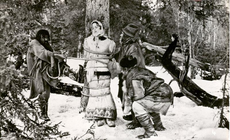 Nastjenka (N. Sedych) und Iwan (S. Isotow) müssen im Zauberwald viele Abenteuer bestehen. – Bild: MDR/Progress