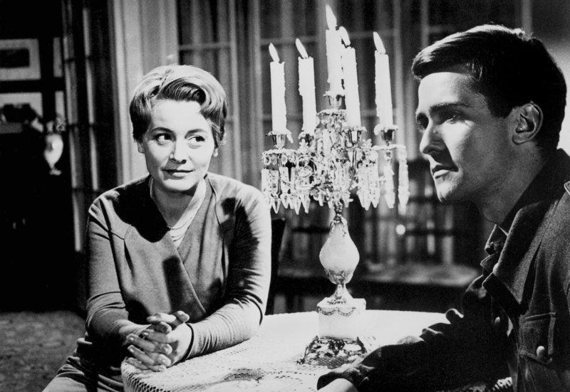 Werner Holt (Klaus-Peter Thiele) hat mit Gerti Ziesche (Maria Alexander), der Mutter eines Frontkameraden, ein Verhältnis. Als er in einer Gefahrensituation ihren Egoismus erkennt, wendet er sich entäuscht von ihr ab. – Bild: MDR/HR
