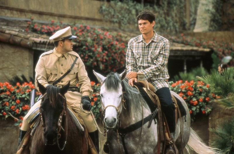 Wegen angeblichen Pferdediebstahls, werden Lacey (Henry Thomas, r.) und John festgenommen und in ein mexikanisches Gefängnis gesteckt ... – Bild: Sony Pictures Entertainment Lizenzbild frei