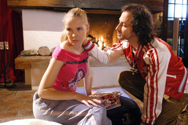 Harry Filser (Michael Ostrowski) fragt sich, ob seine Freundin Melanie (Sylvia Leifheit) etwas mit dem Attentat auf ihn zu tun hatte. – Bild: ZDF