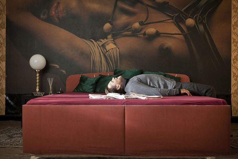Erschöpft: Der kranke Ex-Staatsanwalt Jasper Dänert (Götz George) ruht sich bei einem Fotografen aus, der das ehemalige Opfer zu kennen scheint. – Bild: WDR/Erik Lee Steingroever