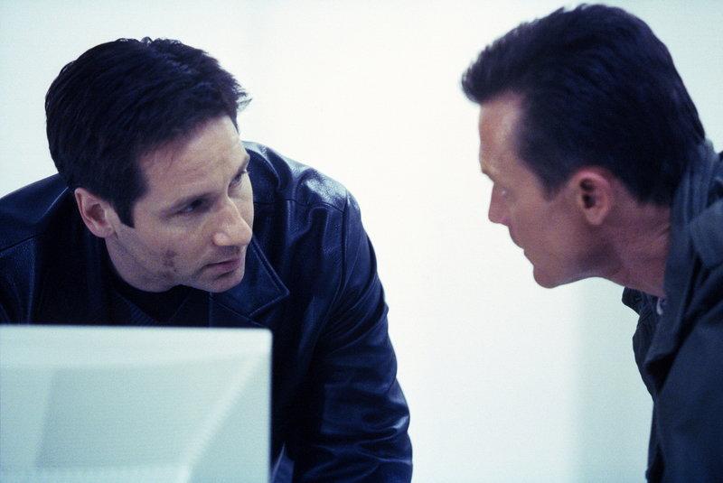 Mulder (David Duchovny, l.), der nicht mehr beim FBI ist, hilft seinem ehemaligen Kollegen Doggett (Robert Patrick). – Bild: TM + © 2000 Twentieth Century Fox Film Corporation. All Rights Reserved. Lizenzbild frei