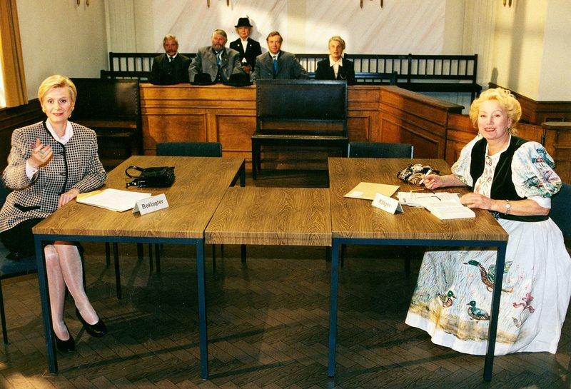 Von links: Frau Jablonski (Ute Rotermund) und Franziska Gloggner (Franzi Kinateder). – Bild: Bayerisches Fernsehen