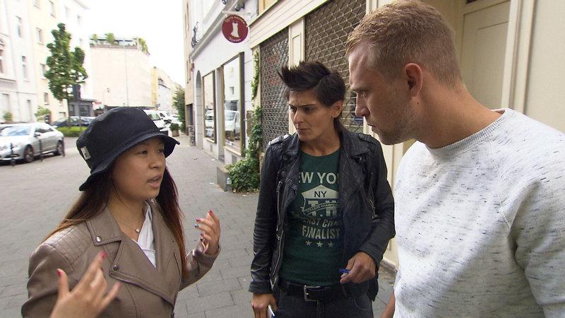 Ein chinesisches Touristenpaar wurde von einem 14-jährigen Mädchen bestohlen... Ben (li.) und Mira (Mitte) sind zur Stelle – Bild: RTL II