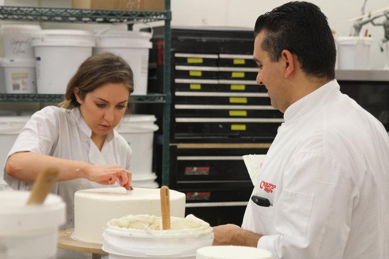 Buddy und Rebecca stabilisieren den Grund Kuchen – Bild: Discovery Communications