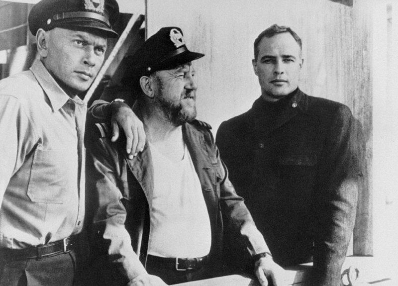 """Das vollbeladene Frachtschiff """"Ingo"""" ist auf dem Weg von Japan nach Deutschland in einen US-Konvoi geraten. Kapitaen Mueller (li.) will sein Schiff in die Luft sprengen. – Bild: BR Fernsehen"""