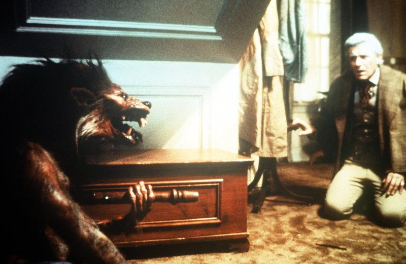 Vampirkiller Peter Vincent (Roddy McDowall) hat alle Hände voll zu tun ... – Bild: Columbia Pictures Lizenzbild frei